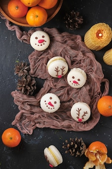 ホワイトチョコレートとクリームを詰めたタンジェリンと新年のペストリーマカロンのセット