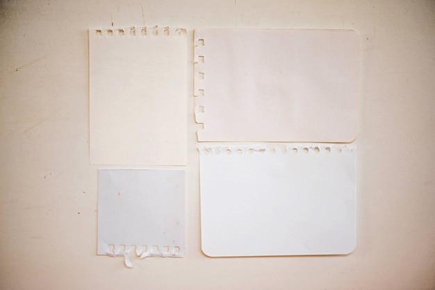 メモ用紙、コピーブック、ノートブックシートのセットが古い背景で立ち往生