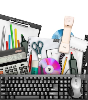 キーボードとマウスを上に置いたオフィスステーショナリーのセット。白で隔離