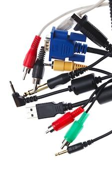 Набор старых электрических кабелей, изолированные на белом фоне