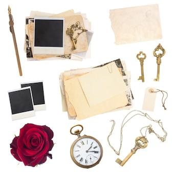 흰색 배경에 격리된 오래된 종이 시트, 사진, 골동품 시계 및 키 세트