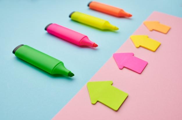 開いたカラフルな油性ペンと磁気矢印のセット。オフィスの文房具、学校や教育の付属品、書き込みおよび描画ツール