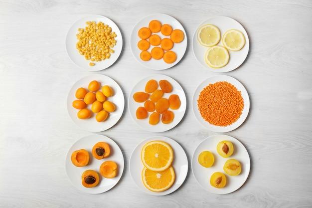 Набор апельсиновых продуктов на деревянном столе