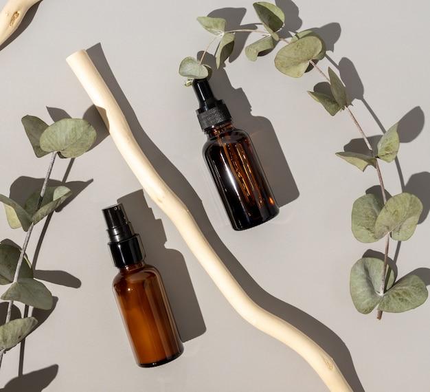 有機化粧品のセットです。灰色の背景に天然成分を配合したフェイスオイルとボディローション。ヘルスケアとスパのコンセプト。