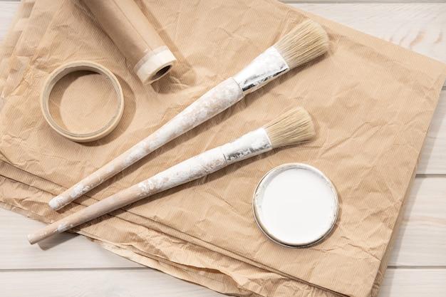 페인팅 도구 브러쉬, 마스킹 테이프, 종이의 집합입니다. diy 홈 개선 페인트. 평면도