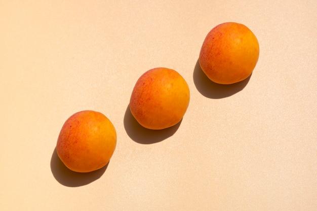 Набор персиков с жесткой тенью.
