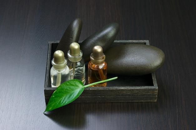 木製の箱に香油のセット