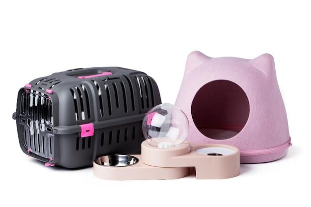 白で隔離される子猫のためのペット用品のセット