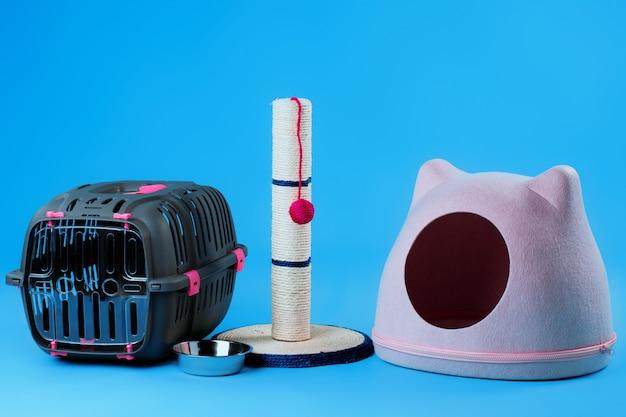 青い背景の上の子猫のためのペット用品のセット