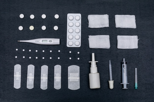 ピペット、包帯、点鼻薬、丸薬、バンドエイド、温度計のセット
