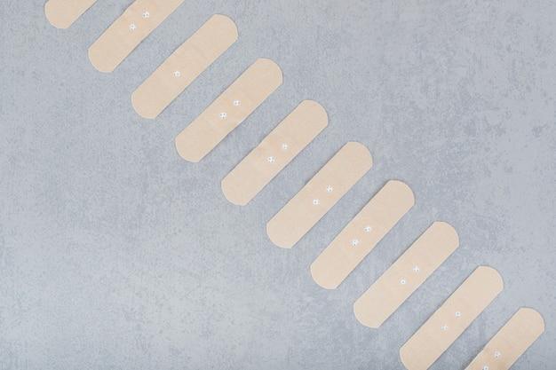 灰色の表面の絆創膏のセット
