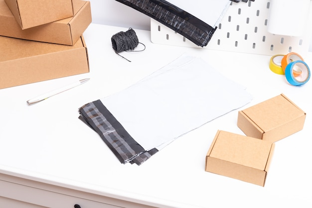 オフィスの机の上のポリエチレンバッグのセット