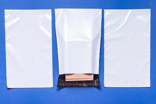 青色の背景にポリエチレン封筒のセット