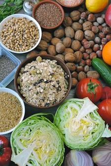 Набор продуктов для веганской диеты. фрукты, овощи, семена, крупы, орехи.