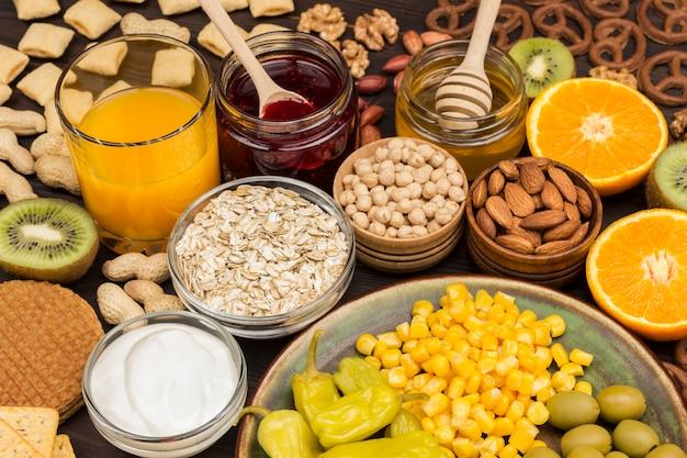 朝食用製品のセット:オレンジ、ジュース、ヨーグルト、ジャム、オートミール。上面図。