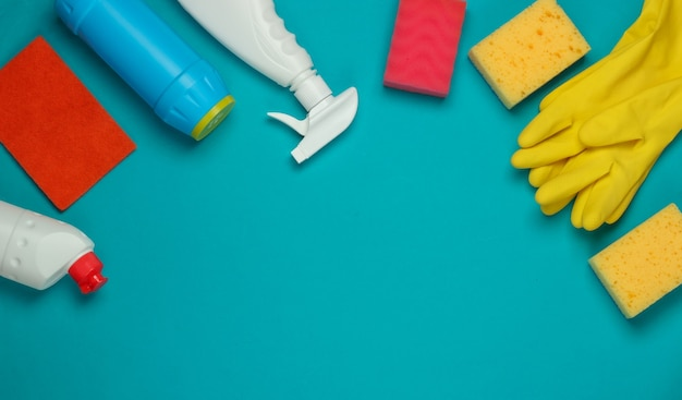 파란색 배경에 집 청소를위한 제품의 집합입니다. 평면도. 공간 복사