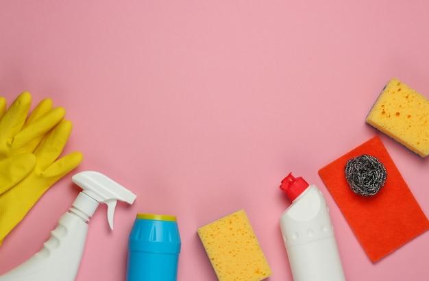 핑크 파스텔 배경에 집 청소를위한 제품의 집합입니다. 평면도. 공간 복사