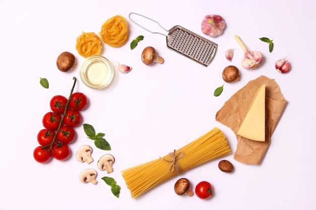 Набор продуктов для приготовления итальянской пасты вид сверху место для текста
