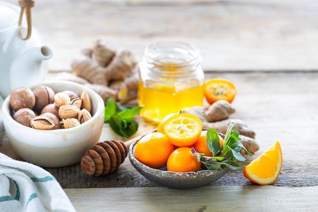 Набор продуктов для повышения иммунитета. мед, лимон, орехи, имбирь для повышения иммунитета. копировать пространство