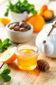 Набор продуктов для повышения иммунитета. мед, лимон, орехи, имбирь для повышения иммунитета.