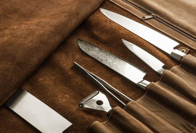 プロの調理器具のセット。クックナイフの特別なケース。上から見る