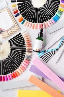 Набор профессионального маникюрного оборудования - пилочки, палитры образцов, инструменты. плоская планировка.