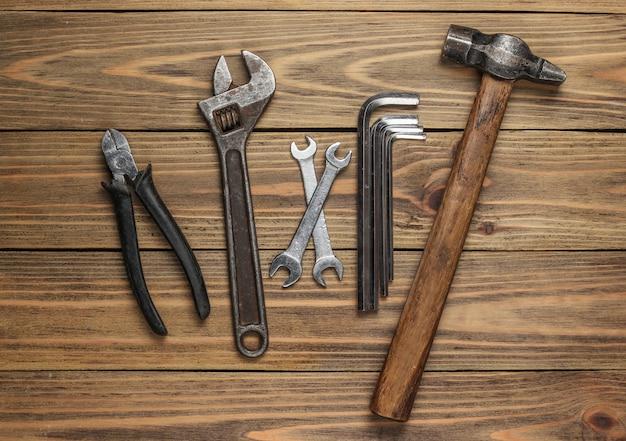 木製の背景にプロの作業ツールのセットです。上面図。