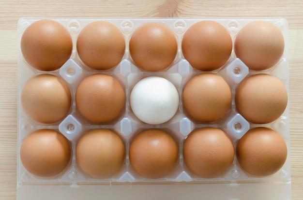 Набор красных яиц с белым внутри пластикового пакета