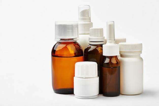 Набор бутылок с лекарством изолированы. емкости для жидких лекарств и таблеток. рецепт на лекарства.