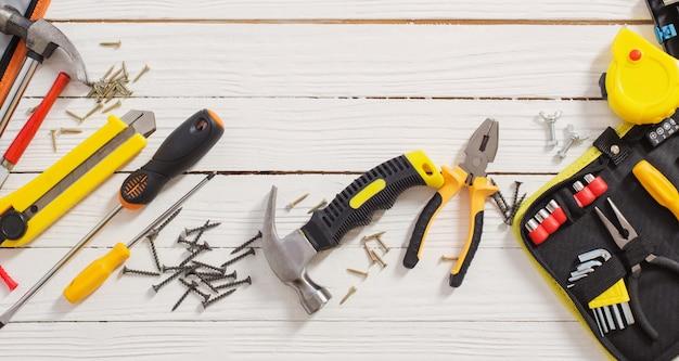 Набор инструментов для ремонта на белом фоне деревянных