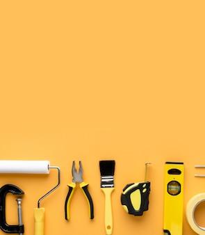 Набор инструментов для ремонта поставок с копией пространства вид сверху