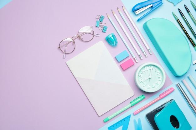 色の時計と学用品のセット