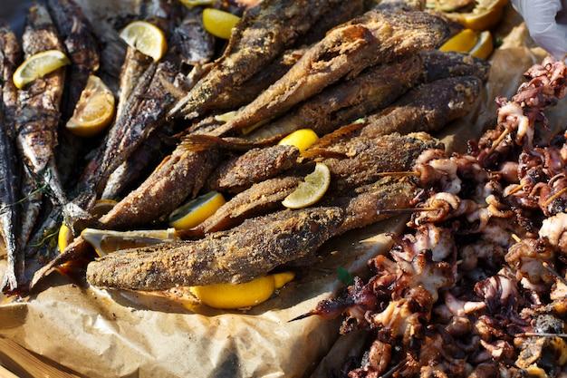 バーベキュー、クローズアップで焼き魚介類のセット