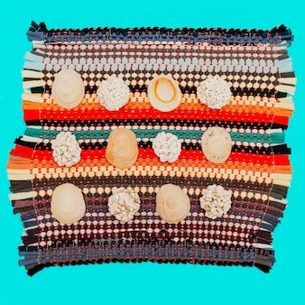 ヴィンテージの敷物に貝殻のセット。ミニマルアート