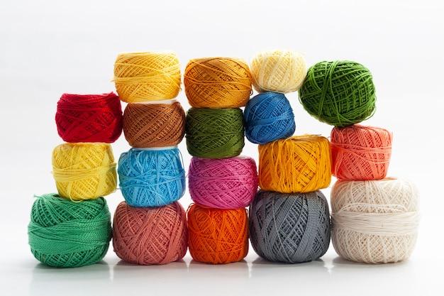 異なる色の糸のいくつかのスプールのセット