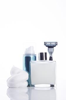 Набор инструментов для бритья для мужчин с копией пространства. вертикальный формат. изолированные на белом фоне.