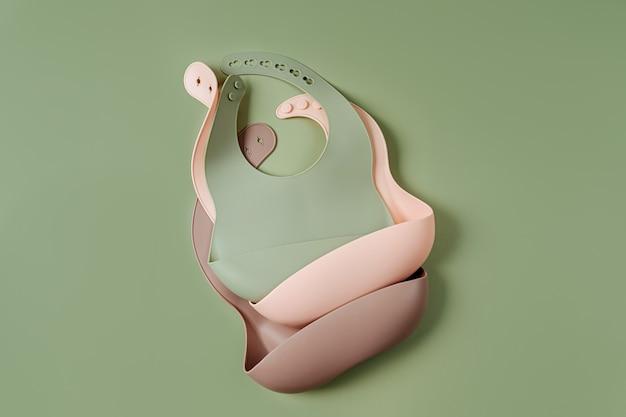 실리콘 아기 턱받이 세트. 영양 및 수유 개념입니다. 평면도, 평면도