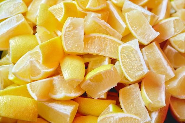 小葉が並ぶスライスレモンのセット