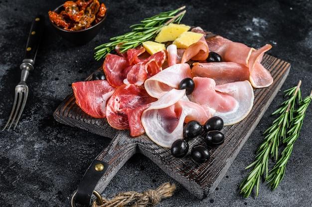 燻製と乾燥肉のセットハム、ジャーキー、塩漬け肉、ハモン、ハーブ。