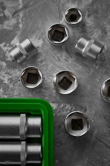 スパナのクローズアップのセット、緑色のプラスチック製のツールボックスには誰もいない、クローズアップ。クロームバナジウムレンチ、プロのツールキット、自動車サービス用の修理器具