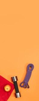 노란색 탁 트인 배경의 스포츠 액세서리 마사지 롤러, 스포츠 하네스, 헤드폰 세트