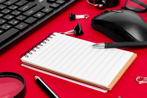 빨간 사무실 책상에 편지지 항목 집합