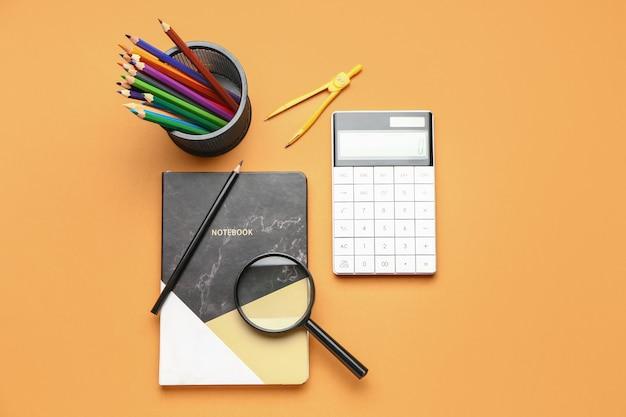 色の表面の文房具のセット