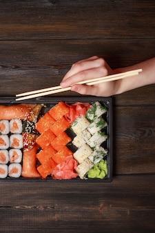 Набор суши и роллов на деревянном столе азиатская еда имбирь васаби японской кухни