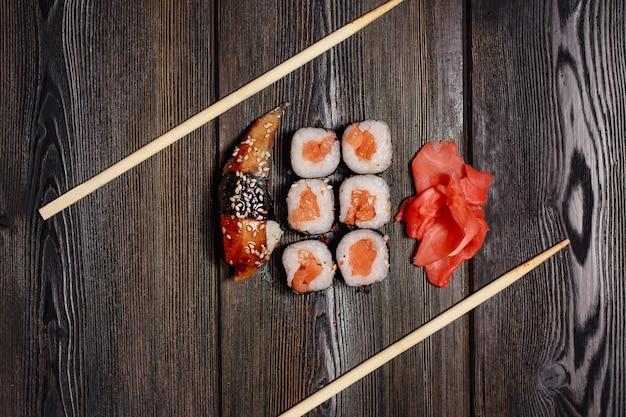 寿司とロールのセット木製テーブル箸生姜わさび