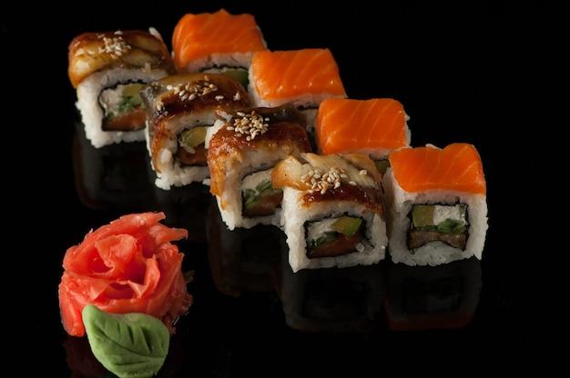 反射と黒の背景にわさびと寿司キューブのセット