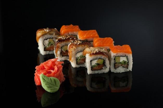Набор кубиков суши с васаби на черном фоне с отражением