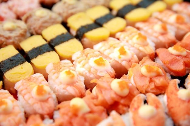 Набор суши, оригинальная японская кухня, красочная и изысканная композиция рядами