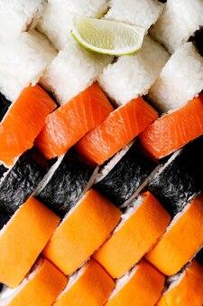 Набор суши-роллов в коробке. вид сверху.