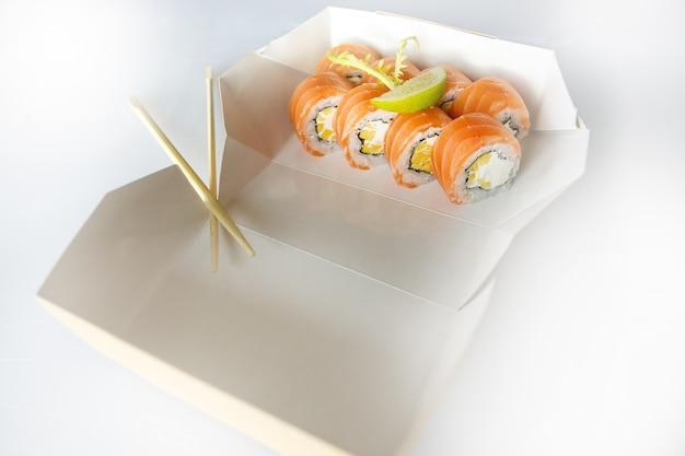 寿司のセット、寿司セット、日本の寿司、、生姜、わさび、箱に入った、白い表面に箸で